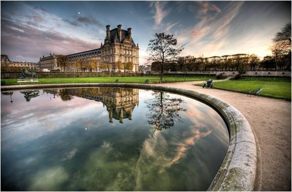 Jardin des Tuileries, a moat surrounded by the gardens.[10]